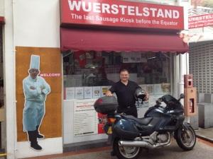 Vor Erichs Wuerstelstand mit dem Motorrad